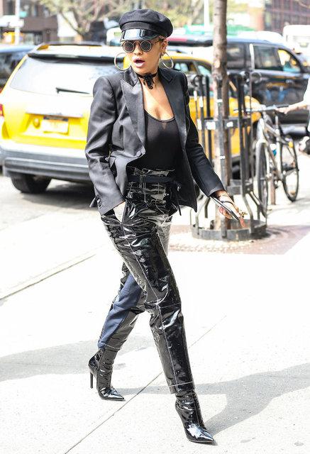 New York sokaklarında görüntülenen şarkıcı Rita Ora, tarzıyla dikkatleri üzerine çekti. Sütyen giymeyen İngiliz şarkıcı, kendisine yönelen bakışlara aldırış etmedi.