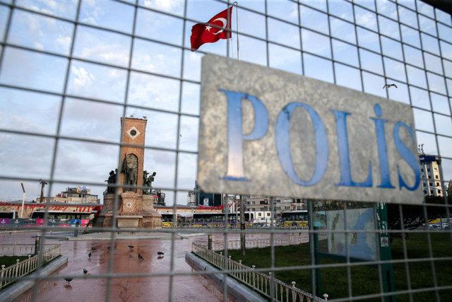 Tüm yurtta olduğu gibi İstanbul'da da çeşitli etkinliklerle kutlanacak olan 1 Mayıs Emek ve Dayanışma Günü'nde toplantı ve gösteri yürüyüşlerine izin verilmeyen Taksim Meydanı ve çevresinde sabah saatlerinde yoğun güvenlik önlemleri alındı.
