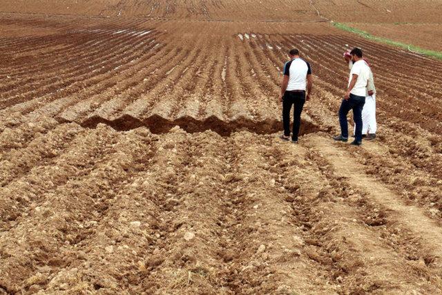 Şanlıurfa'nın Akçakale ilçesinde pamuk tarlasında yaklaşık 15 metre genişliğinde obruk oluştu.