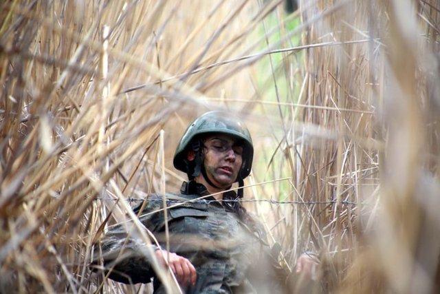 Eğirdir Dağ Komando Okulu ve Eğitim Merkez Komutanlığı'nda dünyanın en zorlu askeri eğitimleri arasında gösterilen Komando İhtisas Kursu'na katılan ilk kadın kursiyer olan 23 yaşındaki Astsubay Arzu Oğuz, komando olmak için 7 aylık zorlu bir eğitimden geçerek komutanlık tarihinde bir ilki başarmak istiyor.