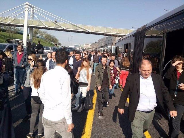 Yenibosna'da bir metrobüsün arıza yapması üzerine aksayan seferler bir süre sonra normale döndü. Haberturk.com WhatsApp Hattı'na gelen fotoğraflarda insanların metrobüsten inip yürüdüğü görülüyor.
