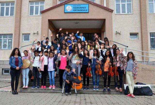 Muş'un Varto ilçesinde taşımalı eğitim veren köy okulundaki yetenekli öğrencilerden oluşturulan 40 kişilik orkestra, davet üzerine Sansev İstanbul Uluslararası Çoksesli Korolar Festivali'ne katılmak üzere yola çıktı.