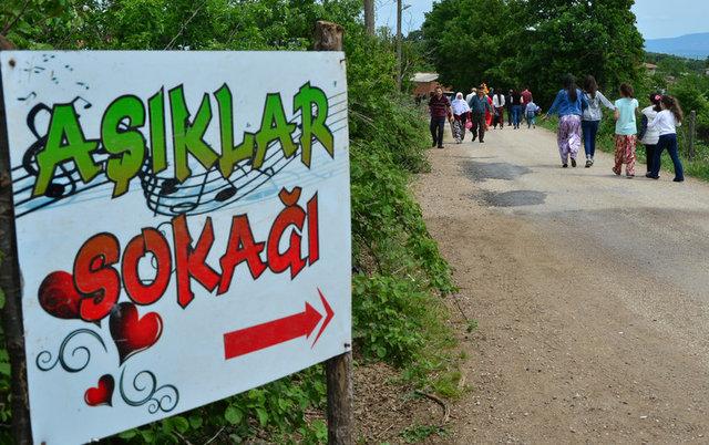 Çanakkale'nin Muratlar Köyü'nde düzenlenen geleneksel hayır yemeğinin bir araya getirdiği bekâr erkek ve kızlar 'Âşıklar Sokağı' adı verilen 1.5 kilometrelik yolda yürüyerek, gönüllerinin sultanını aradı.