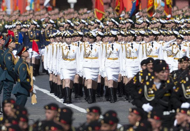 Sovyetler Birliği'nin 2. Dünya Savaşı'nda dönemin Nazi Almanyası'nı mağlup etmesinin 72. yıl dönümü dolayısıyla Kızıl Meydan'da geçit töreni düzenlendi.