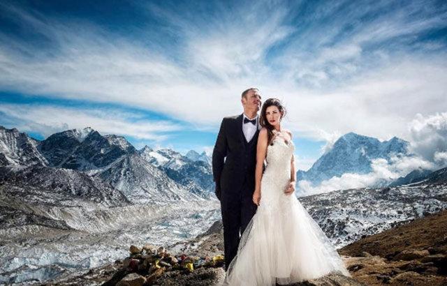 James Sissom ve Ashley Schmieder çifti, evlenmek için sıra dışı bir mekan olarak Everest'i seçti.