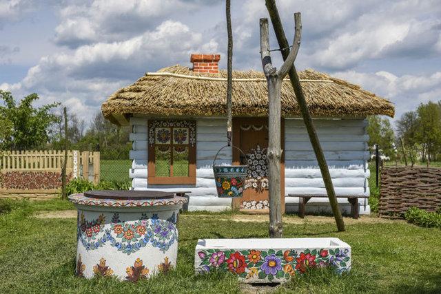 Polonya'nın Krakow şehri yakınlarındaki Zalipie köyünde dekoratif çiçek desenleri ile kaplı yapılar büyüledi.