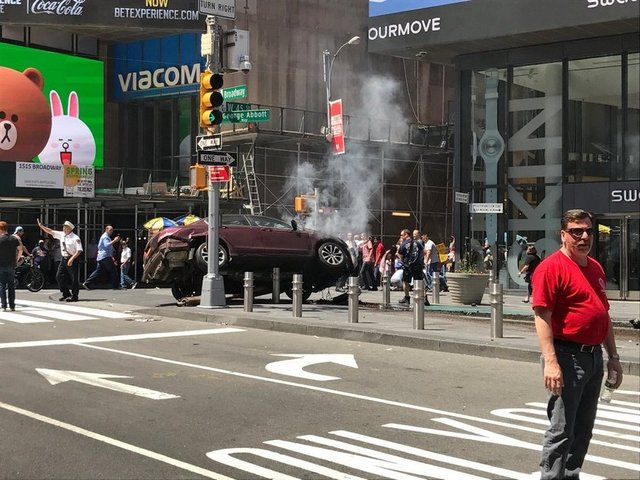 New York'ta bulunan Times Meydanı'nda bir aracın yayaların üzerine sürmesi üzerine en az 1 kişi hayatını kaybetti ve 20 kişi yaralandı. İşte olay yerinden fotoğraflar...