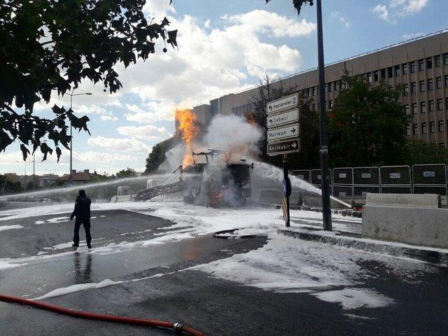 İHA'nın haberine göre, Ankara Adliyesi önünde asfalt çalışması yapılığı sırada iş makinesinin doğal gaz borusuna zarar vermesi nedeniyle patlama meydana geldi.