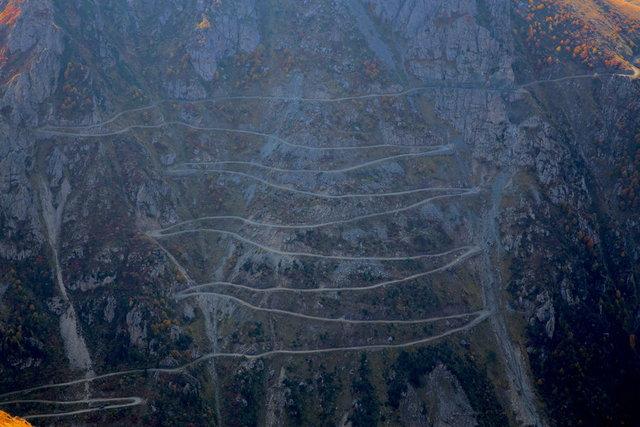 """Dünyanın en zorlu yollarını tanıtan www.dangerousroads.org adlı internet sitesi, """"dünyanın en tehlikeli yolu"""" olarak Bayburt-Trabzon arasında bulunan Soğanlı Dağı'ndaki Derebaşı Virajları'nı seçti."""
