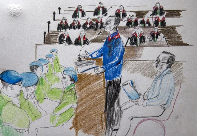 """FETÖ'nün darbe girişimine ilişkin Genelkurmay Başkanlığı'ndaki eylemlerle ilgili, arasında """"Yurtta Sulh Konseyi"""" üyelerinin de bulunduğu 221 kişi hakkında açılan davanın ilk duruşması Ankara 17. Ağır Ceza Mahkemesi'nde devam ediyor. Duruşma salonundaki savunmalar da mahkeme ressamı tarafından çiziliyor."""