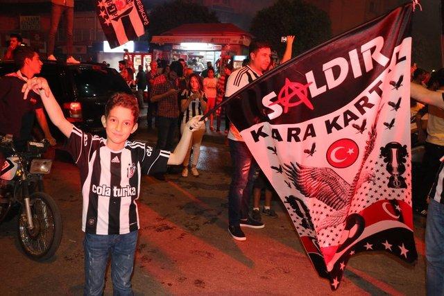 Gaziantepspor'u 4-0 yenerek bitime bir hafta kala 2016-2017 sezonunda şampiyonluğunu ilan eden Beşiktaş taraftarları maç bitiminde şampiyonluk coşkusu yaşadı. İşte yurttan kutlama kareleri...