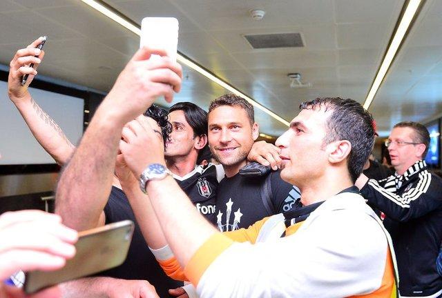 Gaziantepspor'u deplasmanda 4-0 yenerek, şampiyonluğunu ilan eden Beşiktaş'ı, İstanbul Sabiha Gökçen Havalimanı'nda çok sayıda siyah-beyazlı taraftar karşıladı.