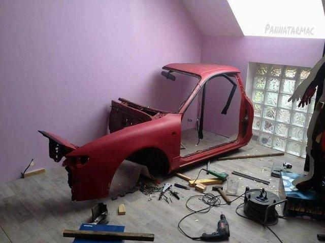 Eski bir otomobil kasasını odasının duvarına monte eden adam, onu bir yarış simülasyonuna çevirdi.