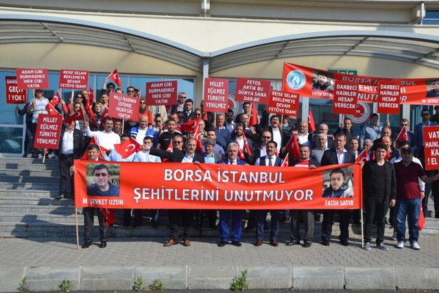 """Fetullahçı Terör Örgütü'nün (FETÖ) 15 Temmuz'daki darbe girişimine ilişkin İstanbul'daki """"ana darbe soruşturması"""" kapsamında aralarında örgütün elebaşı Fetullah Gülen, 6 general ve 17 subayın bulunduğu, 9'u firari 15'i tutuklu 24 sanığın yargılanmasına Silivri Ceza İnfaz Kurumları Yerleşkesi karşında yapılan binadaki büyük salonda devam edildi. Salon önünde protesto için toplanan çeşitli sivil toplum örgütü üyeleri ve vatandaşlar döviz ve pankart açtı."""