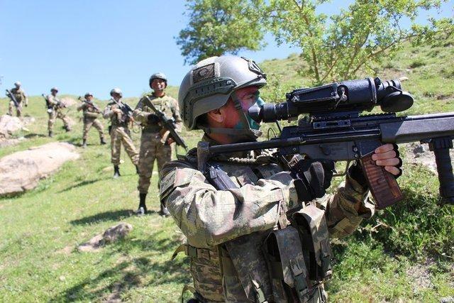 Hakkari'de PKK'lı teröristlerin korkulu rüyası olan Fatih Jandarma Özel Harekat Taburu'na (JÖH) bağlı birlikler, zorlu doğa koşullarına aldırış etmeden bölgenin güvenliğini sağlıyor.