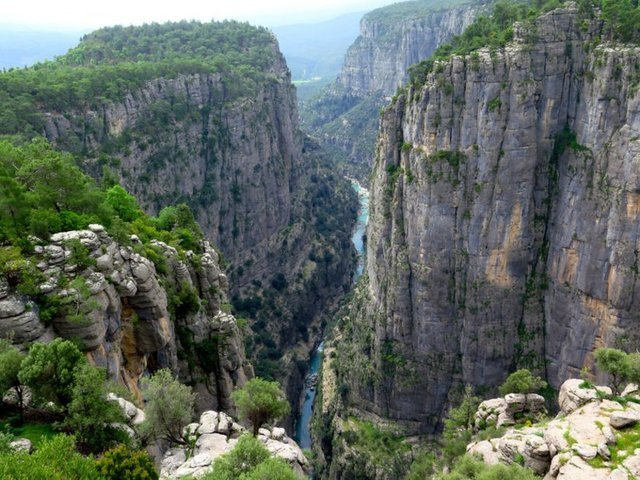 KÖPRÜLÜ KANYON, ANTALYA  Köprülü Kanyon, içerisinden dünyaca ünlü Köprüçay Irmağı'nın geçtiği, milli park olarak ilan edilen bir doğa harikası. Geçtiğimiz günlerde Köprülü Kanyonu'nun pek bilinmeyen üst kısımlarında yeni bir kanyon keşfedilmişti.