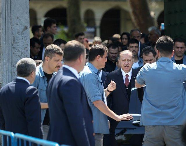 Cumhurbaşkanı Recep Tayyip Erdoğan, cuma namazını Sultanahmet Camisi'nde kıldıktan sonra vatandaşların yoğun sevgi gösterisi eşliğinde Topkapı Sarayı'na geçti.