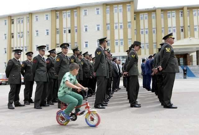 Ardahan'da jandarma teşkilatının kuruluşunun 178. yılı dolayısıyla valilik önünde düzenlenen tören küçük bir çocuk renkli bisikletiyle protokolün önünde dolaşması şaşkınlık yarattı.