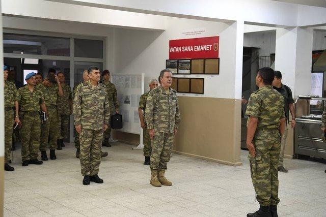 Genelkurmay Başkanı Orgeneral Hulusi Akar ve kuvvet komutanları, Siirt'teki 3. Komando Tugay Komutan Yardımcılığını ziyaret etti, Mehmetçik ile ramazan ayının son iftarını yaptı.