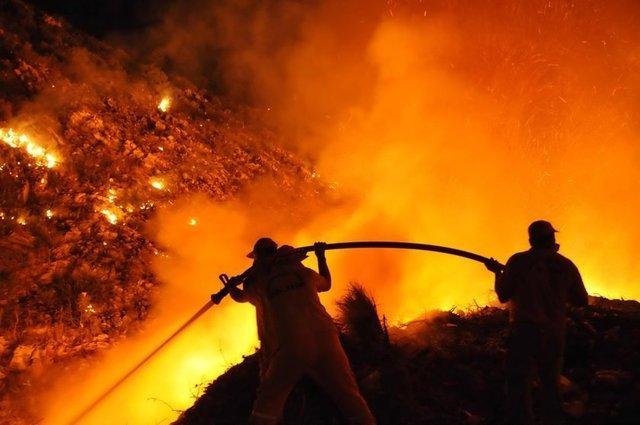 Bodrum'da tarım arazilerinde başlayarak makilik alana ilerleyen yangında alevler, 3 bin yıllık antik tiyatronun içine kadar girdi. Bazı yerleşimlere 50 metre kadar yaklaşan alevler korkuturken, yangının kısmen kontrol altına alındığı belirtildi.