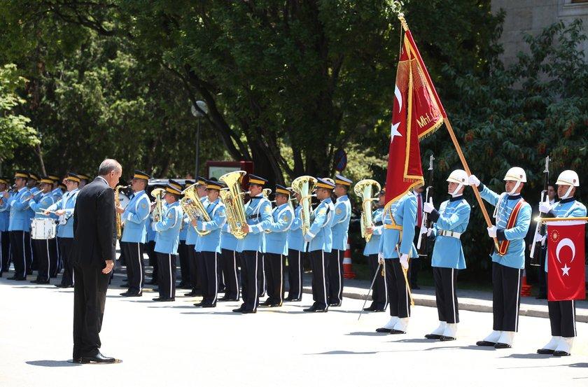 <p>Erdoğan, Mecliste, TBMM Başkanvekili Ayşe Nur Bahçekapılı tarafından törenle karşılandı. Tören kıtasını selamlayan Erdoğan, Şeref Kapısı'ndan Meclise geçti.</p>