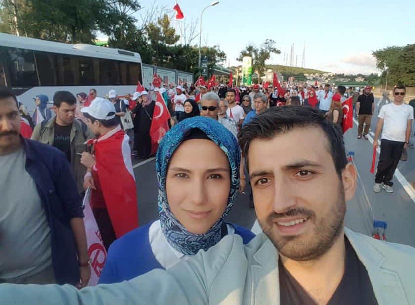 <p>DHA'nın haberine göre, Cumhurbaşkanı Recep Tayyip Erdoğan'ın damadı Selçuk Bayraktar, eşi Sümeyye Bayraktar ile 15 Temmuz Şehitler Köprüsü'ne giderken çektiği fotoğrafı Twitter hesabından paylaştı. Fotoğrafın altına da \