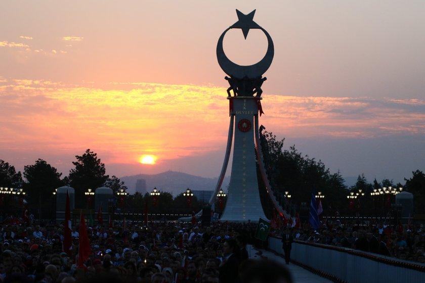 <p>Cumhurbaşkanı Recep Tayyip Erdoğan, Beştepe'de Cumhurbaşkanlığı Külliyesinin karşısında bulunan Şehitler Abidesi'nin açılışını yaptı.</p>