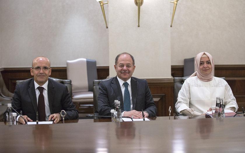 <p>Başbakan Yardımcıları Mehmet Şimşek (solda) ve Recep Akdağ (ortada)</p>\n<p>Aile ve Sosyal Politikalar Bakanı Fatma Betül Sayan Kaya</p>