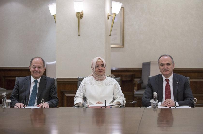 <p>Başbakan Yardımcısı Recep Akdağ (solda)</p>\n<p>Aile ve Sosyal Politikalar Bakanı Fatma Betül Sayan Kaya (ortada)</p>\n<p>Bilim, Sanayi ve Teknoloji Bakanı Faruk Özlü (sağda)</p>