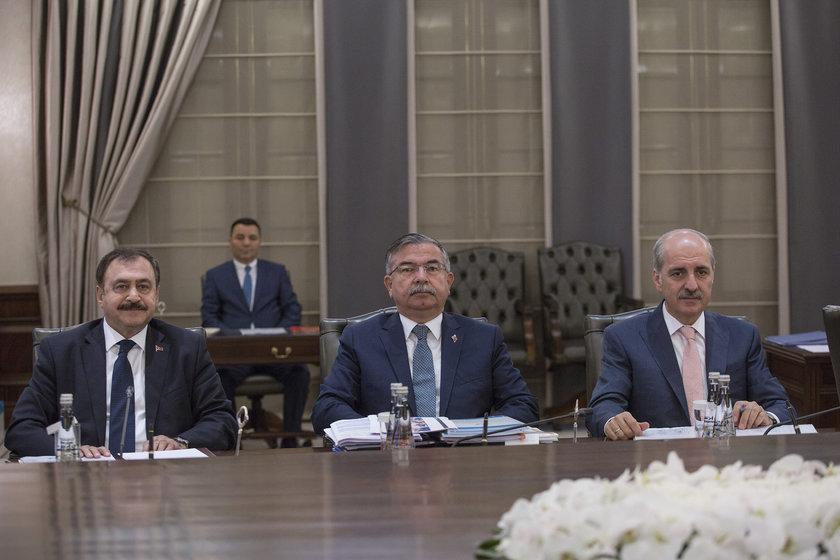 <p>Orman ve Su İşleri Bakanı Veysel Eroğlu (solda)</p>\n<p>Milli Eğitim Bakanı İsmet Yılmaz (ortada)</p>\n<p>Kültür ve Turizm Bakanı Numan Kurtulmuş (sağda)</p>