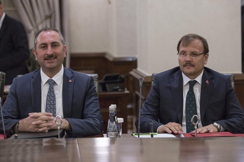 <p>Başbakan Yardımcısı Hakan Çavuşoğlu (sağda)</p>\n<p>Adalet Bakanı Abdülhamit Gül (solda)</p>