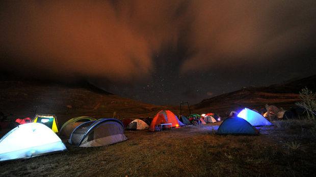 Yüzlerce kişi çadır kurup izledi!