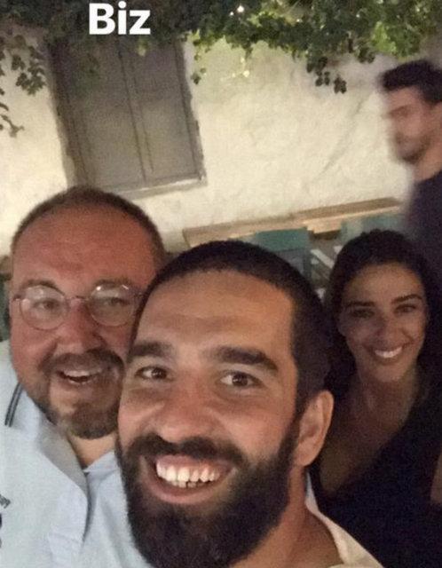Barcelona forması giyen Arda Turan, sevgilisi Aslıhan Doğan ve yakın arkadaşlarıyla bir mekanda eğlendi.