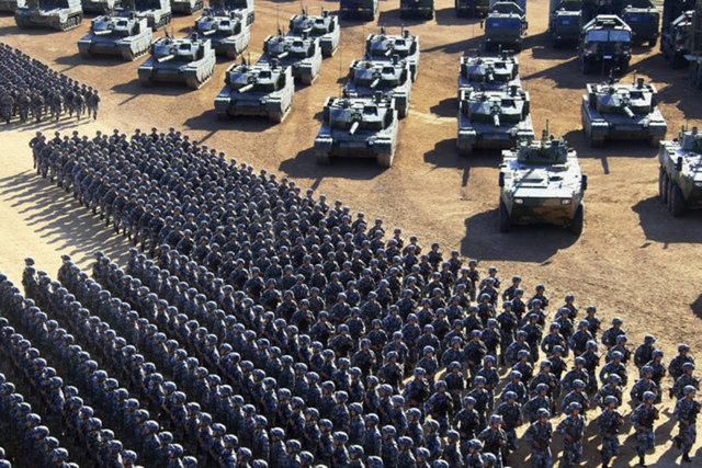 Çin Halk Kurtuluş Ordusunun (PLA) 90'ıncı kuruluş yıl dönümü kutlamaları kapsamında başkent Pekin'in 400 kilometre kuzeyinde, İç Moğolistan Özerk Bölgesi'ndeki Curıhı Askeri Eğitim Üssü'nde askeri geçit töreni düzenlendi.