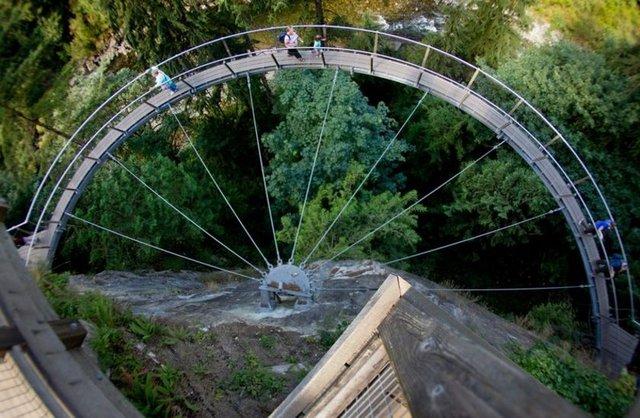 1- Capilano Süspansiyon Köprüsü- Kanada Kuzey Vancouver'daki ünlü süspansiyon köprüsü bir uçurumun üzerinde ve sedir kokulu bir yağmur ormanının içinde yer alıyor. Asma köprüler kayalarla çevrili bir uçurumu takip ediyor.