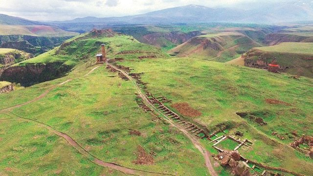 Habertürk, 961- 1045'te Pakraduni Hanedanlığı döneminde Ermeni hükümdarlarının başkenti olan ve 11 ile 12. yüzyıla ait İslam mimarisi yapıtlarını da bünyesinde barındıran Ani Ören Yeri'ni havadan görüntüledi.