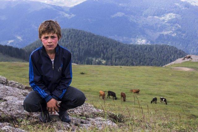 Trabzon'un Maçka İlçesi'nde PKK'lı teröristlerin erzak çaldığını ihbar eden ve girdikleri evi gösterirken teröristlerin açtığı ateşle kurşunların hedefi olarak şehit edilen 15 yaşındaki Eren Bülbül´ün hafızalara kazınan fotoğraflarını öğretmen Umut Can Karahasanoğlu´nun çektiği ortaya çıktı.