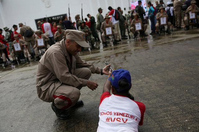Venezuela Savunma Bakanı Vladimir Padrino Lopez, başkent Caracas'ın doğusundaki Ulusal Muhafızlar tesisinde yapılan, 900 bin asker ve milisin katılımıyla iki gün sürecek tatbikatların açılışını yaptı.