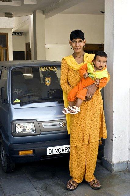 Uzun boyu ve kilosu ile doğar doğmaz dünyanın gündemine oturan Hint bebek Karan Singh henüz 10 aylıkken 22 kilogramdı.