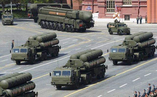 1980'lerin başında Sovyet Sosyalist Cumhuriyetler Birliği'nde geliştirilmeye başlanan S-400 füzeleri, S-300 modelinin ardından geliştirilen yeni nesil Rus yapımı kısa-orta-uzun menzilli hava savunma füze sistemidir.