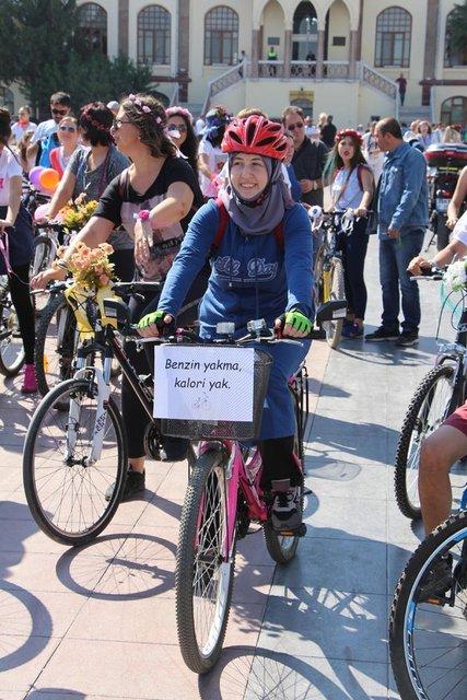 Manisalı süslü kadınlar pedal çevirerek egzoz kokularına parfüm kokuları karıştırdı. Öğretmen Özlem Şahin liderliğinde bir araya gelen yaklaşık 500 kadın ve erkekten oluşan Süslü Kadınlar Bisiklet Turu Manisa'da bu yıl ilk kez gerçekleştirildi.
