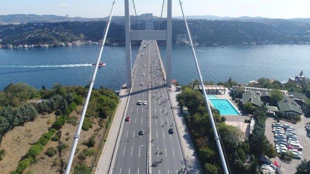 Avrupa Hareketlilik Haftası dolayısıyla bir araya gelen binlerce bisikletli, otomobilsiz yaşama dikkat çekmek için Fatih Sultan Mehmet Köprüsü'nde pedal çevirdi.