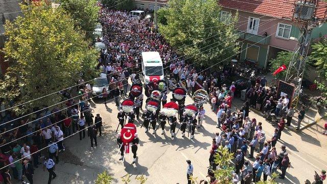 Hakkari'de Tekeli Üs bölgesine PKK'lı teröristlerin Kuzey Irak'tan düzenlediği saldırıda şehit olan sözleşmeli er 25 yaşındaki Sercan Fidan'ın cenazesi, memleketi Edirne'nin Meriç İlçesi'ne bağlı 2 bin nüfuslu Küplü Beldesi'nde 10 bin kişinin katıldığı törenin ardından toprağa verildi.