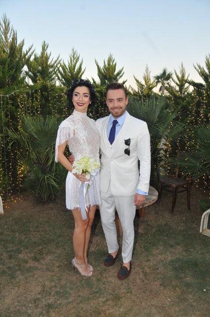 Oyuncu Merve Boluğur'dan geçen ay boşanan popçu Murat Dalkılıç önceki akşam Levent'teki bir gece kulübünde sahne aldı.