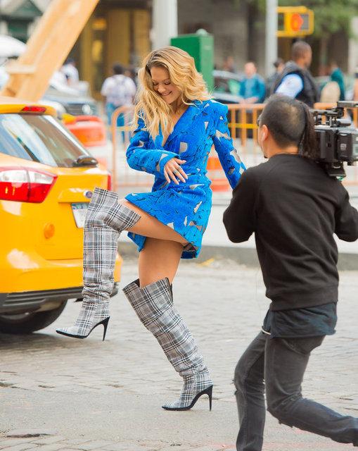Yeni albümünde yer alan 'Body On Me' şarkısına klip çeken Rita Ora, hareketli halleriyle Manhattan sokaklarında dikkat çekti.