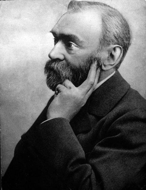 İsveçli kimyager ve mühendis olan Alfred Nobel dinamitin mucididir. 1888'de kardeşi Ludvig, Fransa gezisinde hayatını kaybedince bir Fransız gazetesi yanlışlıkla Alfred'i öldü sanarak ölüm ilanını yayınladı.