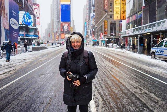 Her şey bundan dört yıl önce başladı.. Romanyalı fotoğrafçı Mihaela Noroc, sırt çantasını ve kamerasını aldı ve evinden çıkıp yollara düştü. Amacı, dünyanın ilgisini çeken ülkelerine gitmek ve o bölgelerin kadınlarının sahip olduğu doğal güzelliği kendi kültürleri içinde görüntülemekti.