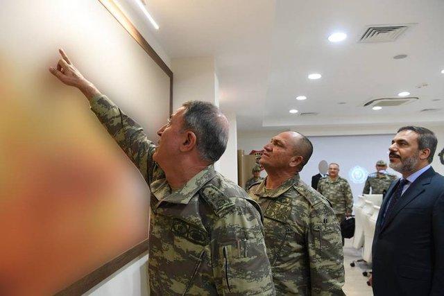 Hatay'a gönderilen askeri araçlar ve komando birlikleri, Hatay'ın Reyhanlı İlçesi'nde sınıra konuşlandırıldı. Genelkurmay Başkanı Orgeneral Hulusi Akar ve beraberindeki komutanlar Suriye sınırında incelemelerde bulundu.