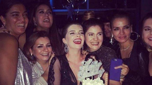 Cast ajansı Icon 10. yılını geçtiğimiz cuma akşamı düzenlenen parti ile kutladı. Aynı gecede 33 yaşına basan Pelin Karahan için de pasta kesildi.