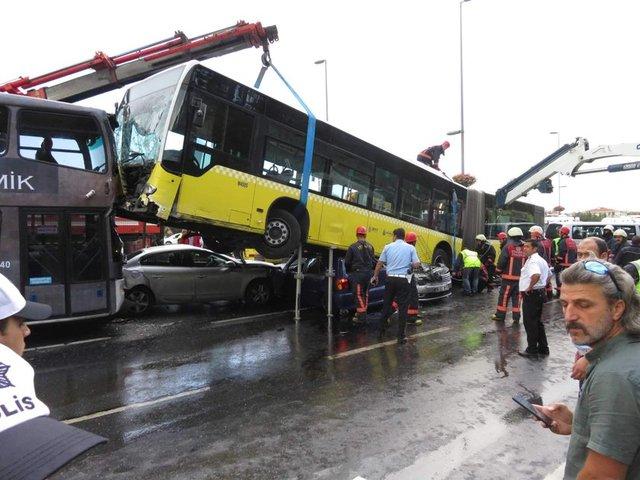 Geçtiğimiz yıl 23 Eylül'de Acıbadem'de yoldan çıkan metrobüs, 6 aracı da altına alarak büyük bir kazaya neden olmuştu.